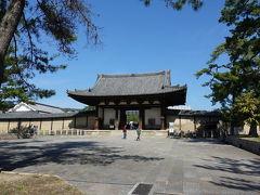 近鉄の筒井駅から、バスで法隆寺へ。約40年ぶりの法隆寺です。  うっすらと記憶に残る南大門。室町時代の建物で国宝です。