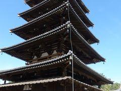 入ってすぐに五重塔が。飛鳥時代の国宝です。 どっしりとした安定感を感じます。  一段目の四方には、釈迦にかかわる説話を表した塑像が。 一箇所ずつ覗いてみます。