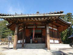 少し小高いところに建っている西円堂。鎌倉時代の国宝。  中には薬師如来像。