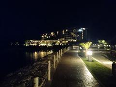 那覇空港のオリックスレンタカーを出発する頃はまだ明るかったのですが、到着するころには真っ暗。まずは家族と荷物を送ってから、駐車場に車を置いてホテルに向かいます。空気が気持ちいい!