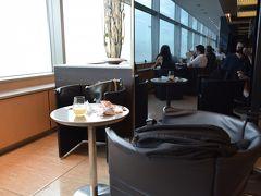 空港でおにぎりを買い、ラウンジ内でいただきます。