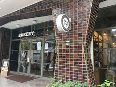 沖縄滞在2日目 この日は朝から南城市へ向かう予定で動きます。  ホテルをチェックアウトし、オハコルテベーカリーへパンを買いに行きました。