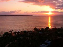 【グランヴィリオ】 ホテルに戻ると、部屋から夕陽が見えました。丁度18時頃です。 これはと思いビーチへと向かいましたが、残念ながらこの後は雲に隠れてしまいました。