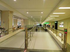 8:10  本日も伊丹空港から出発します☆  ゲートは19と保安検査場からかなり離れた奥の方でした(こんなに遠いの初めてかも!)。  新しくムービングウォークが設置されていました。