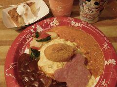 14:35  グランマ・サラのキッチンで30分ほど並んでようやくランチです。  オムライス カニツメのクリームコロッケとソーセージ添え1290円と本日のスープ(コーンスープでした)300円にスペシャルセットのアップルクランブルケーキ370円をプラスして1960円の豪華ランチ!  ここは店内が暗いから写真を撮るのも一苦労でした(;´д`)