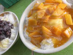 芒果雪花冰 150元 マンゴーと牛乳味のふわふわ氷  紅豆牛奶雪花冰 70元 小豆と牛乳味のふわふわ氷  4人でシェア  やっぱりマンゴーは美味しい♪ 氷もフワッフワで美味しい♪  間に合って良かったぁ
