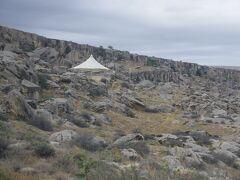 展望台のテントが見えて来ました。ここからは歩いて見学します。