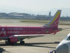 2018年10月25日(木) 福岡空港着。隣の飛行機にちびまる子ちゃんがいました。