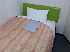 ホテルはビジネスホテルG&P。博多駅から徒歩7分。建物は古く、狭いですが、1泊3500円と極安。角部屋というか何角形の部屋かなという感じ。便利の良さとこの値段がお気に入り。