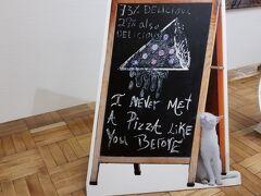 もう一人の従妹Bは北九州市在住。猫が大好き。27日(土)に小倉で会ってディナーしました。「岩合光昭の猫写真展」を見にわざわざ博多に来ると言うことを聞きました。従姉妹Aと私は二人で会うことになっていたので「じゃあ3人で会いましょう」となりました。  私の持っていた三越カードで二人、無料で入れました。ラッキー。