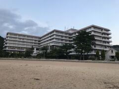 バブリーな頃の名残のある海沿いのホテルです