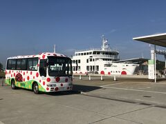 直島の宮浦港に8:42着  フェリーもバスも水玉模様で可愛い