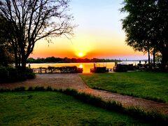 ここから眺める夕日は、実は今までで見た夕日の中でダントツのNo1でした。 茜色に染まる空とザンベジの川だけのシンプルな光景に沈みゆく夕日、こんなにも夕日が鮮やかだとは今のいままで知らなかった。この夕日だけをただ静かに眺めるためにまたリピートしたい、素敵な空間です。 ※この後に寄る南アフリカの夕日も絶景でした。アフリカの夕日はやはり違いますね