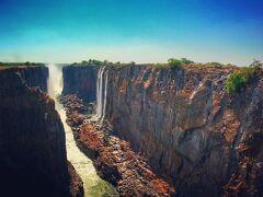 チーター、ライオンと遊んだ後はザンビア側から世界三大湿布のひとつであるビクトリアの滝を歩いて眺めます。
