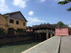 チケットは昨日買っておいたのでチャンフー通りの観光スタート。 日本橋から。17世紀初めにホイアンに住んでいた日本人によって作られた橋。