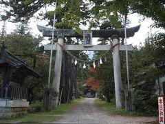 15:58 有明山神社 里宮 山に近づくと、雲が多くなる。どんよりと風もなく。  この鳥居の右側に某グルメサイトで高得点の蕎麦屋があって、看板には本日休業とある、月曜のはずなのに、三連休明けだからかな。