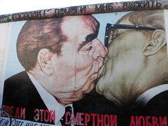 有名な絵。  壁には、いろんな芸術家が絵を描いています。   21か国、118名のアーティストによって描かれたそうです。