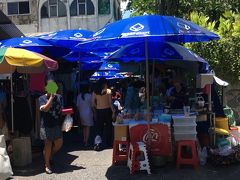 OL市場とも呼ばれるオフィス街の屋台街。 フルーツなどの食べものや、洋服、アクセサリー、バッグ小物など様々なお店が並んでいました。