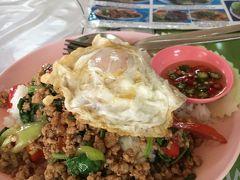 遅めの昼ご飯で食べた 本場のガパオライス(目玉焼きのせ) とても美味しかったです。  BTSアソーク駅の近くの裏路地にあるSUDAという大衆食堂。