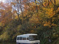 まずは燕温泉!! このバスで燕温泉まで連れて行ってくださいます!(^^)! 関・燕は小学生の頃、毎年春スキーに来ていた 積雪量の多い所と記憶しています。 タケダさんによると 燕温泉街の宿の軒下にイワツバメの巣跡がたくさんあるのですが このイワツバメがたくさん来る事から燕温泉と名付けられたそうです(^O^)