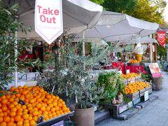まだOPEN前の準備中だったけど、 色鮮やかなオレンジが目を引く『Caff'e Ponte ITALIANO 』 あとでオレンジジュース飲みに来ようかな~♪