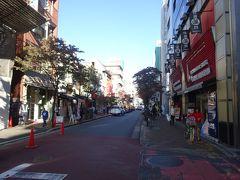広尾商店街に到着した。昔ながらの商店街ですが、ここも外国人比率が高くてエキゾチックな雰囲気。