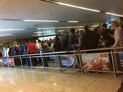 時間通りにサビハ・ギョクチェン空港着。イミグレは長蛇の列!順番整理のポールからはみ出ていてぐちゃぐちゃ。進むのはそれなりに早く45分くらいで抜けた。ATMでお金おろしてからバスターミナルへ。  ホテルはヨーロッパ側のカラキョイ近くなので、バスで向かいます。 選択肢は3つ。①havasでタクシム広場直行→地下鉄②Havasでカドキョイまで→フェリー③ローカルバスでカドキョイまで→フェリー。一番安いのは③。