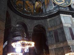 1923年無宗教のミュージアムとなる。修復作業で塗り固められていた漆喰をはがすと、ビザンツ時代のモザイク壁画が次々と姿を現した。