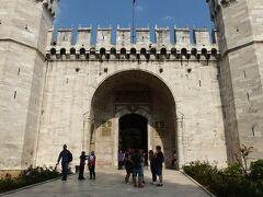 どんどん行きます。次はトプカプ宮殿。「挨拶の門」から入場。 1476年から400年もの間、オスマン帝国スルタンの居城として栄え続けた場所。 宮殿といっても広大な庭園の中に建物がチラホラ立っている感じ。  とにもかくにも一番最初に見どころのハレムに入ります。
