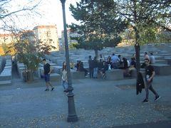門を南に行くと「ホロコースト記念碑」があります。   ナチスドイツの犠牲になったユダヤ人の為の記念碑。  四角いコンクリートが並ぶのは、・・・