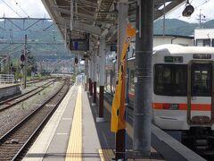 10時59分。 辰野からわずか12分の乗車で終点岡谷に到着です。  飯田線の電車は、岡谷駅の1番線西寄りの切り欠き0番線から発着しています。  どうして前回の第3部を辰野でぶった切ったかと言いますと。    ここ岡谷駅到着をもって・・・  私、Akr。