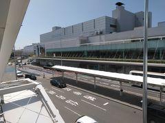 ●福岡空港  空港の駐車場から。 久々の福岡空港。 伊丹より、はるかに大きい~。