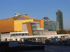 「ベルリンフィルハーモニー」の建物。   音楽ファンには、あこがれです。   外観だけですが、建物をぐるぐる回って見学してきました。