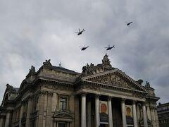 元証券取引所の上も、お祝いの為、軍の戦闘機やヘリコプターが飛んでいました。