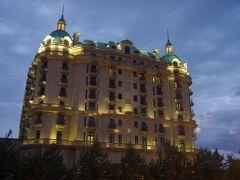 フォーシーズンズホテル(Four Seasons Hotel Baku)です。 ミニ・ベニスのお向かいにあり、当然カスピ海に臨み、実に豪華な佇まいです。