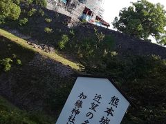 市電を降り、時計回りに歩いてきて数十分。熊本城本丸を一望できる加藤神社に到着しました。今にも動き出しそうなメカニックな姿の熊本城。復元お完成が楽しみですね。