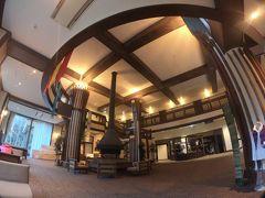16時過ぎ。 ようやく本日のお宿に到着した。  紅葉時期の上高地と云えば、宿はおひとり様3万円以上は覚悟しなければならないのが一般的。 でも、我が家では一泊の山の宿にそんなに予算はかけられない。  そんな私たちの味方になってくれるのが、公営のホテルである上高地アルペンホテル。 公営だとサービスがイマイチだったり、施設も古いのでは…と思いがちだが、上高地アルペンホテルは2018年の春に大幅改修を終えたばかりのホテルで、施設は快適でサービスも云うことなし。  和室で24000円/1人(朝食・和懐石の夕食付)で宿泊できる。