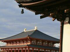 興福寺中金堂です。新しくてピカピカ。