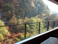 宿泊先の「山楽荘」ラウンジから見える紅葉。この部屋は夜はカラオケルームになります。