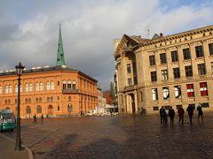 リガ大聖堂前、ドーマ広場。 左が証券取引所美術館、右がラトビアラジオ。