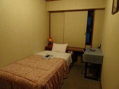 直前に予約した今夜の宿「ホテル角萬」。1泊3800円。古い感じですが、寝るだけなら十分。駅近で便利でした。