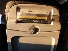 エコノミー、A320は3-3の席。  ほぼ満席でした。