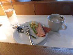 予定より早く到着したので、ラウンジは朝食メニュー。  あまり食べ物はありませんでした。   10時をすぎた頃から、種類がふえました。  機内食があるので、コーヒーのおかわりだけにしました。
