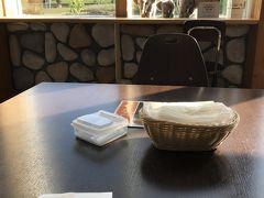 今日のメインは襟裳岬。その途中、道の駅に立ち寄ります。まず、訪れたのは、幕別町(旧忠類村)にある「道の駅忠類」。 特産のゆり根を使った商品が目玉。ゆり根シュークリームとゆり根コロッケをいただきました。 窓にゾウのぬいぐるみが置かれているのは、このあたりで、ナウマンゾウの化石が発見されたそうで、ナウマンゾウを売り出しているからです。関連グッズも多数販売されていました。