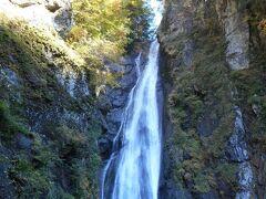 バス停からスタートして40分後、 やっと安倍大滝に到着!  目的物のあるハイキングは楽しいです。