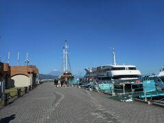 静岡駅からJRで清水駅まで行き、そこからバスで10分。 波止場・フェルケール博物館前で降りて、 日の出桟橋乗場まで歩いて3分。 清水港ベイクルーズ観光船に乗りました。
