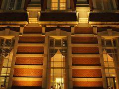窓の向こうは 東京ステーションホテルのティーサロン。  一度泊まってみたいけど さすがに機会はなさそうですε-(´∀`; )