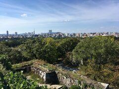 北西に目を向けると福岡ヤフオクドーム。そうそうかつてのホームスタジアムだった平和台球場は福岡城跡の敷地内だっけ