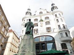 Johannes Gutenberg Monument。立派な銅像だったのでググってみたところ、ドイツ人で有名な活版印刷の功績者グーテンベルク様だそうです。 グーテンベルグの活版印刷。確かに歴史で学びましたね。 後ろの建物とは無関係です。 この建物はこれまた有名なレストランだそうですよ。