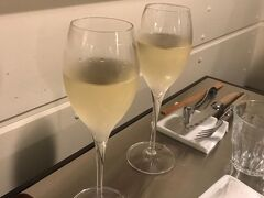 本日のメインイベント。 実はだんな様のお誕生日は入籍記念日でもあるので大好きなフレンチビストロ レジョンさんでお祝いディナー。  ヴァンムスーをグラスで。
